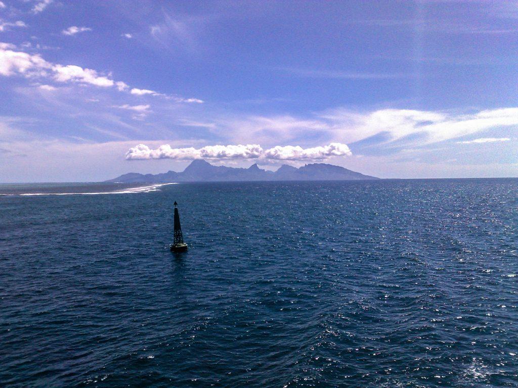 Moorea vue depuis le bateau a Tahiti