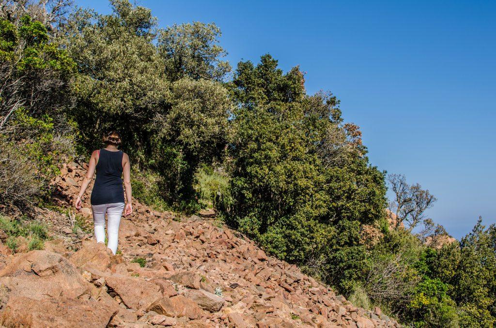 Laetitia en randonnée au cap roux