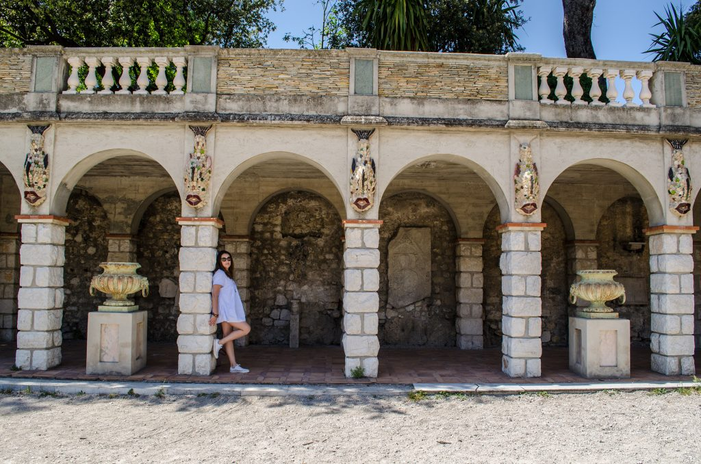 Nice, Laetitia prend la pose au chateau de Nice