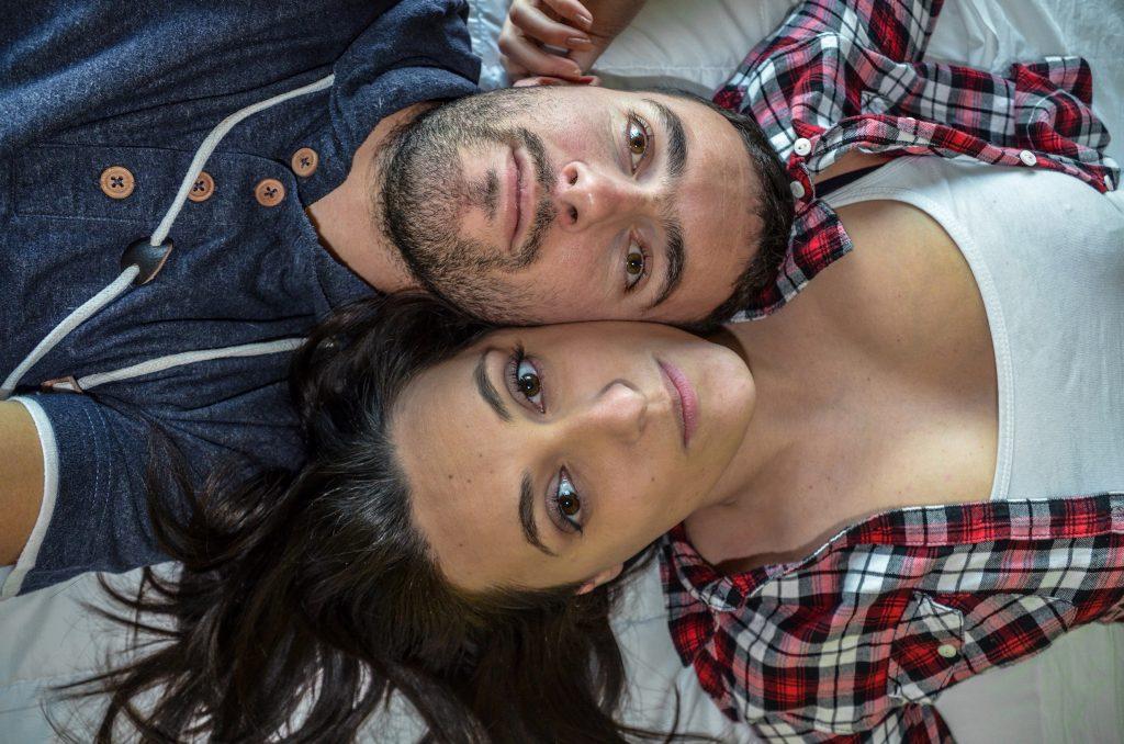 Herdroud et Laetitia sur le lit de l'Hotel